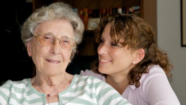 Alzheimer: Cuidados en el Hogar - Freundliche Seniorin mit Enkelin