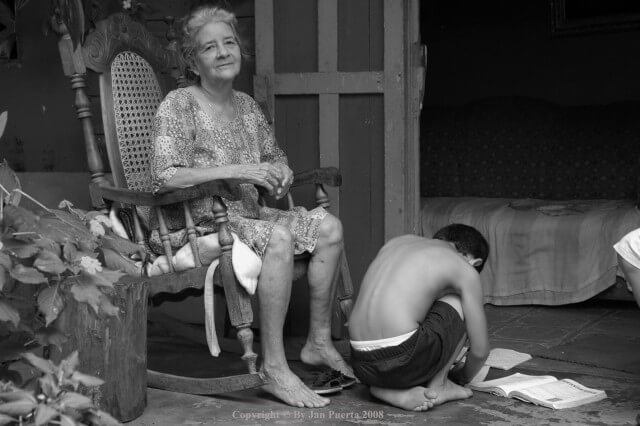 Que sienten un niño respecto al Alzheimer Imagen: La abuela y su nieto | Jan Puerta