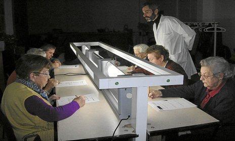 Usuarios de la residencia de la Bonanova recibiendo una sesión de terapia lumínica.