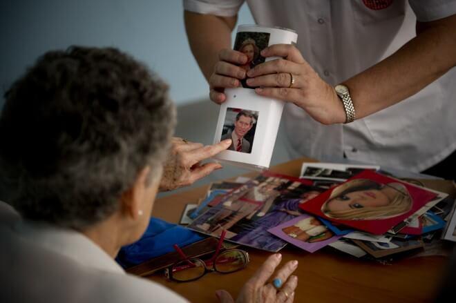 Una enfermera trabaja la memoria de una anciana con Alzhéimer en un centro de día / Getty