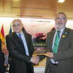 Koldo Aulestia, presidente de Ceafa recibiendo el homenaje. Autor: Juan Luis Jaén