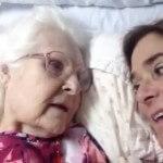 Emocionante Momento en que esta Anciana con Alzheimer Recuerda a su Hija (subtitulado)