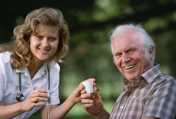 La enfermería geronto-geriátrica ayuda al adulto mayor y sus cuidadores a enfrentar el proceso de envejecimiento (Imagen: salud180.com)