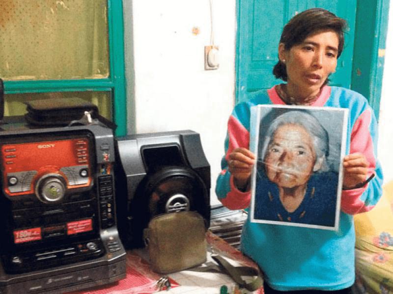 En su casa ubicada junto a La Basílica, Isabel Cabrera muestra la fotografía de su madre. Foto: EL COMERCIO