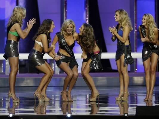 En el centro de la imagen Kelley Johnson (Miss Colorado )