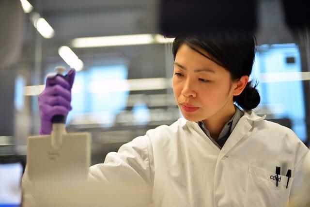 Genes y Alzheimer investigadora-medicaresearch-853476_640