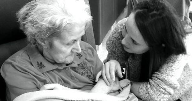 Carta Alzheimer - Laura junto a su abuela (irishmirror.ie)