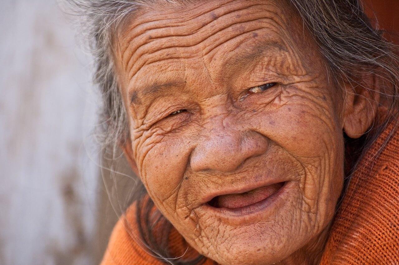 ¡Prohibido morirse en este pueblo! mujer-mayor-858225_1280