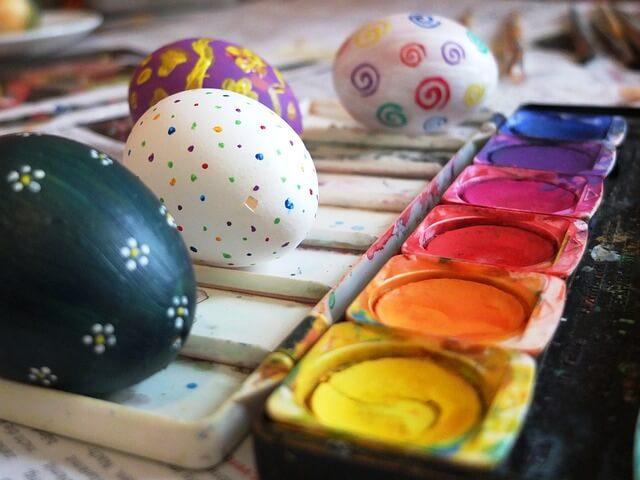Actividades para realizar con una persona con demencia pintar-huevos-acuarela-7877_640