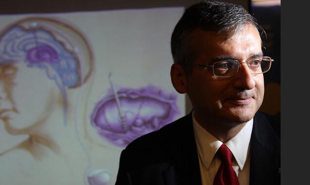 El neurocirujano Andrés Lozano. / Efe 04 de agosto, 2010 - Toronto, Ontario, Canadá - El procedimiento, realizado bajo anestesia local, consiste en colocar un electrodo en el cerebro para estimular el consumo de glucosa en esa región. TORONTO STAR / STEVE RUSSELL. 20100805; ONT; Noticias; GT1 - Dr. Andrés Lozano . STEVE RUSSELL / TORONTO STAR (Crédito de la imagen: Steve Russell / The Toronto Star / ZUMAPRESS.com)
