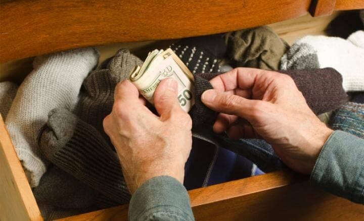 Escondiendo dinero medias