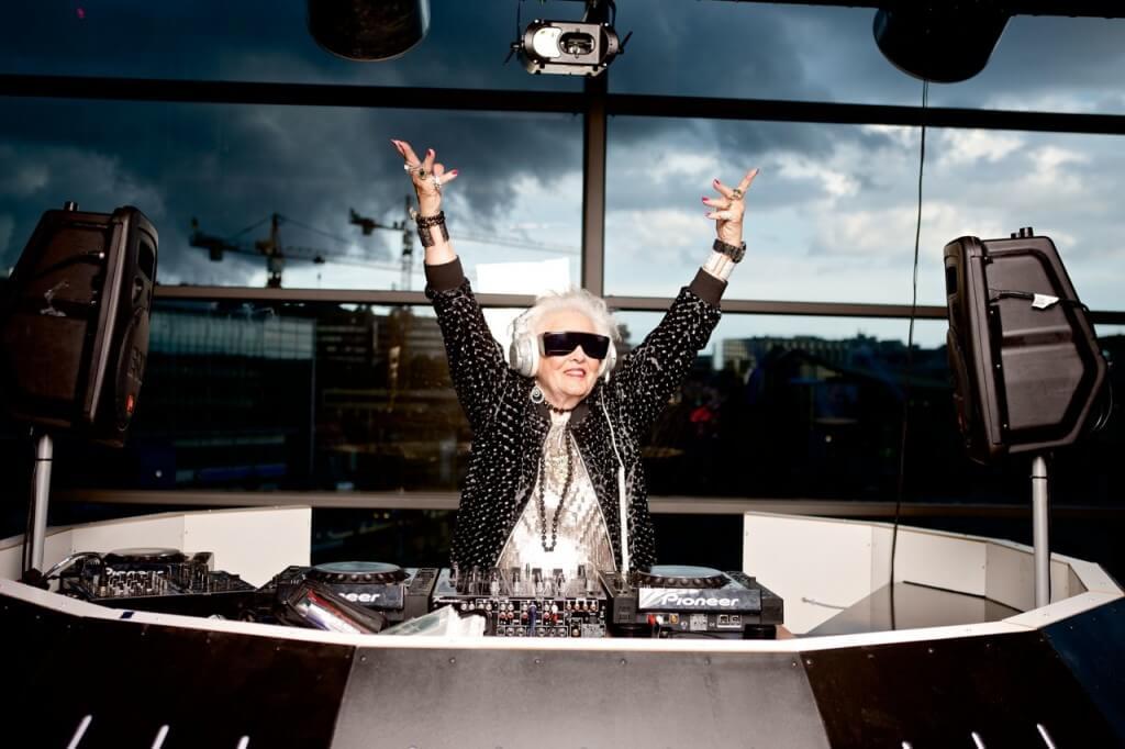 20 imágenes que te harán sentir un poco mayor al lado de ellos - ancianos-divirtiendose-anciana-discjockey-11